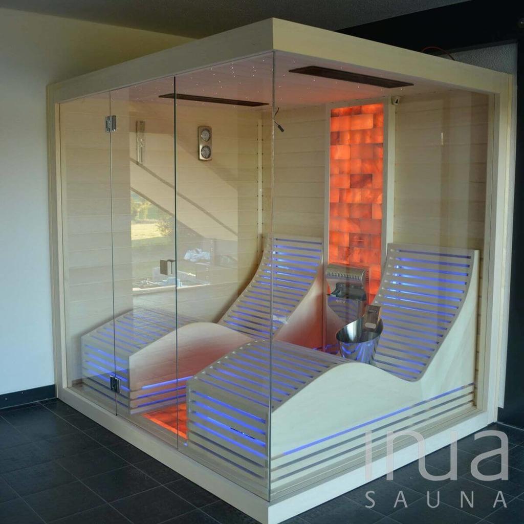 Beltéri gőzszauna panoráma üveggel, íves kialakítású ágyakkal és sóterápiával. | Inua Szauna Kft.
