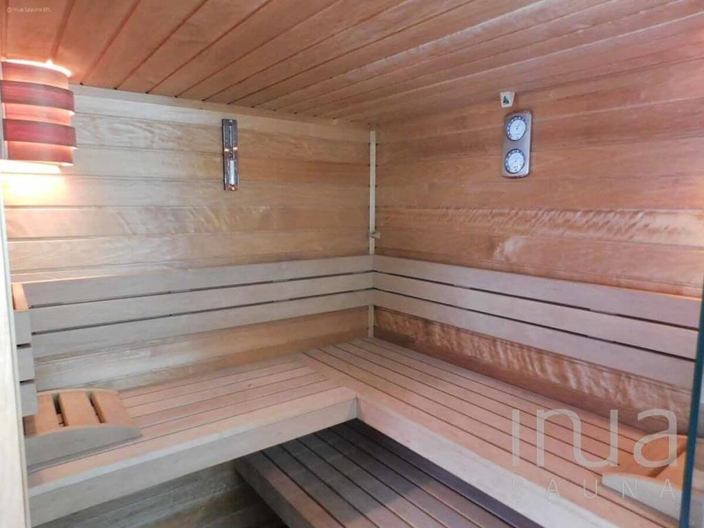 Kültéri finn szaunaház belső tere Thermowood finn rezgőnyárfa borítással. | Inua Szauna Kft.