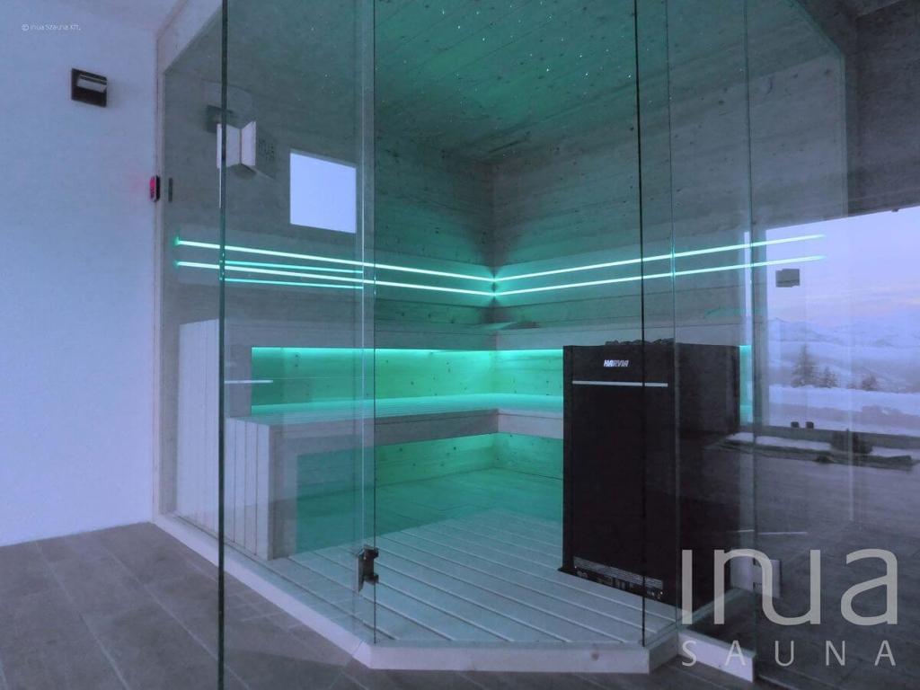 Beltéri tömörfa szauna zuhanyzóval, RGB világítással, Harvia Virta szaunakályhával.   Inua Szauna Kft.