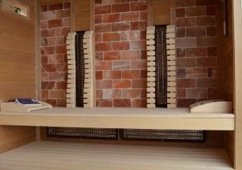 Kősóval borított fal a szaunában